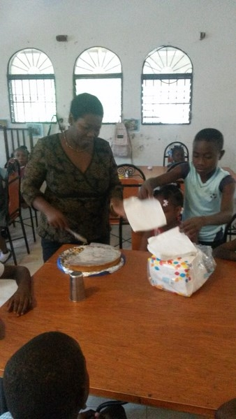 préparation des assiettes par Rose-Andrée